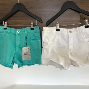 Sælger de 2 par shorts fra Zara str. 11-12 år:  De hvide er GMB og sælges for 25 kr. pp. De grøn/blå er nye med mærke og sælges for 50 kr. pp   Prisen er excl. porto Bemærk, mine priser er faste. Handler gerne mobilepay på 26810990
