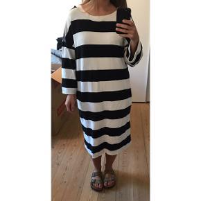 Lækker sweat-kjole. Jeg har klippet mærket af i nakken, men trøjen er fra Monki. Den kan passes af en S-M.