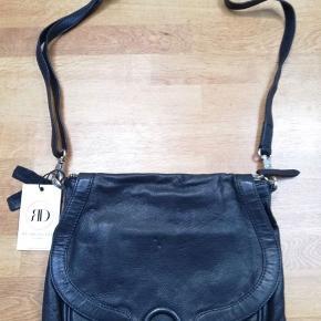 Sælger denne helt nye Re:Designed taske i sort. Ny pris 900 kr. Den kan afhentes på Østerbro eller i Kokkedal. Forsendelse 45 kr.
