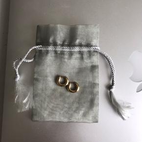 Smukke og enkle, lidt kraftige creoler / hoops i 14 karat guld. Brugt meget lidt. Perfekt stand. Æske og kvittering har jeg ikke længere, så kommer i lille stofpose.  Se mine andre annoncer!