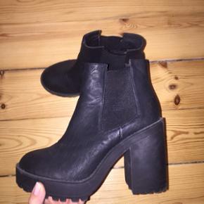 Sælger disse fede støvler med tyk hæl fra H&M. De er rigtig nemme og gode at gå i! Str 37