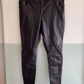 Bukser fra Zizzi sælges. Str. er 50. Bukserne er coated med lommer foran og bagtil. Materialet er 75% viscose, 22% nylon og 4% elastan.