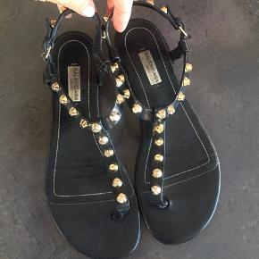 Meget velholdte sandaler med guld studs. Har ikke længere æske og kvittering, men Dustbag medfølger. Bytter ikke.