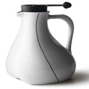 Fin tekande i porcelæn fra mærket Menu. Kanden har et lille brugsspor på siden (se billede 3), men fremstår ellers som ganske ny.  Ny pris: 500kr