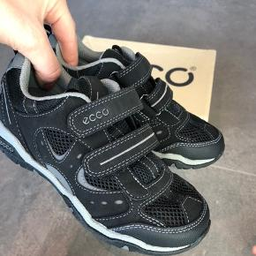 Nye Ecco sko str 30. Kun prøvet på. Kan leveres i Esbjerg efter aftale.
