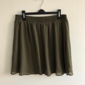 Fineste nederdel med elastik i taljen   Mærke: Vero Moda  Str: L, passer også en M  Farve: army/oliven grøn  Stand: brugt få timer   OBS: tilhørende tops sælger også - få sættet til 150,-