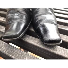 Skøn støvle fra Billi Bi i lækkert skind. Hælen er 6,5 cm høj. Støvlen har små brugsspor - prisen er sat derefter