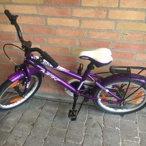 Lilla flot MBK cykel til pige ca. 4-6 år. Uden gear. Sælges.