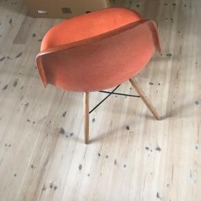 2 Eames dsw stole i orange glasfiber  Meget velholdte Sælges samlet til prisen Skal afhentes