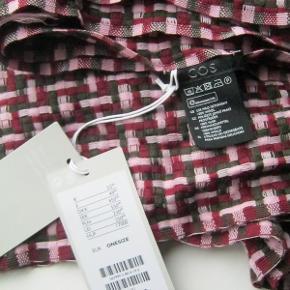 Så smukt tørklæde fra COS i 100% blød uld. Farverne er vinrød, khakigrøn og rosa. Måler 62x180cm. Købspris 450kr.