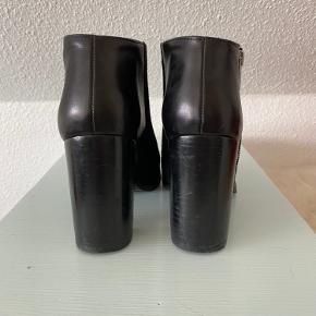 Skind støvler str. 36 Brugt 2-3 gange.   Kan hentes i Odense sv eller sendes mod betaling af porto :)