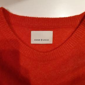 Sælger denne flotte røde sweater da jeg desværre ikke får den brugt. OBS, den er ikke så rød/orange som på billede 1.