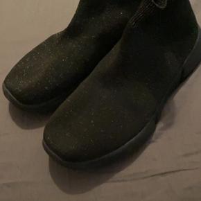 Skoene er sorte, men har noget glimmer i sig (se billederne✨) Skoene er blevet brugt 2-3 gange og er kun blevet brugt indendørs 🥰 sålen i skoene er mega blød og derfor får man ikke ondt i fødderne af dem 😌 Har fundet nogen der ligner dem på deres hjemmeside, hvilket står til 500 kr. - men kom gerne med et bud 🤩
