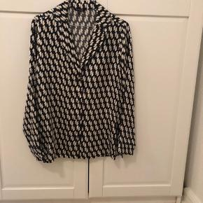 Mønstret silkeskjorte i pyjamas-stil. Ingen brugstegn. Str S ✨ #30dayssellout