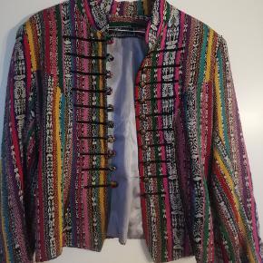 Sælger den smukkeste vintage multifarvede, håndlavede jakke. Fitter en M (S/M ish, alt efter fit) der mangler desværre to knapper på den ene manchet (se billede), men der kan flyttes én fra den ene arm til den anden (eller de kan fjernes helt). Super smuk, unik og flot sy arbejde