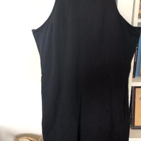 Næsten som ny kjole i stretch stof, tætsiddende, lynlås bagpå øverst. Minidress, bodycon dress. Lille sort kjole. Bomuld og elastan.   40,- + fragt. Sender gerne med Dao.  Bytter ikke.