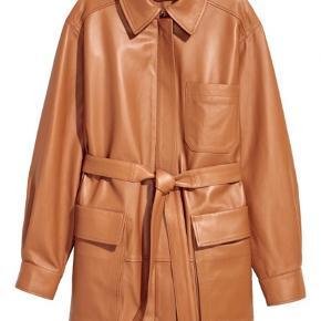 Ægte læder jakke med bælte  Blød som smør og virkelig smuk  Str hedder 40 og har et loose fit, kan bruges af 36-40  Nyprisen var 1999 Sælges for 1000,-
