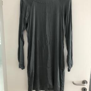 Grå silke kjole fra Rabens Saloner. Nypris var 1800 kr.