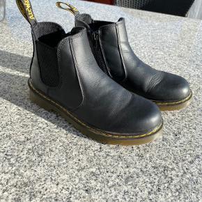 Børnemodel, derfor et lavere skaft. Super fed støvle med lynlås i siden som gør det let at få den på. Desværre købt et halvt nr for små så derfor kun brugt få gange (max 10). Nypris ca. 1000kr