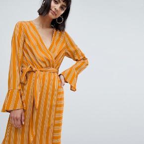 Wrap kjole fra Vero Moda i orange / karrygul farve. Fejler intet!  Np: 200kr (tror jeg) Mp: 50kr  Kig min profil igennem for andre gode tilbud! Man får mængderabat 🥰  Ingen retur, køber betaler selv fragt.