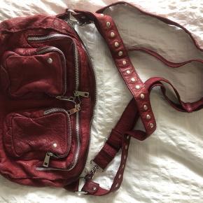Fed Nunoo taske i modellen Alimakka. Tasken er aldrig brugt, og den er derfor i perfekt stand ❤️❤️