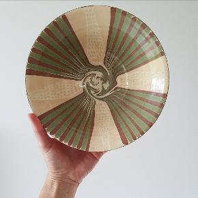 Smuk lerskål med glasur indvendig og rå ler udenpå. Måler 21 cm i diameter og 8 cm i højden.