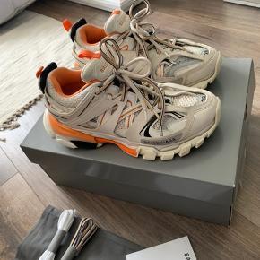Overvejer at sælge mine elskede Balenciaga track sneakers  Alt medfølger.  Str 39 Np var 5200