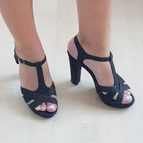 Høje sorte sandaler til sommerens fester 🌺🌼 ca. 11,5 cm  hæle str. 41,5. Har lidt slidtage  på venstre sko (se billede).