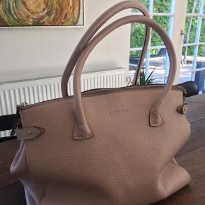 """NEDSAT!!! Lækker """"big shopper"""" fra Decadent. Farven er nude. Den er købt i 2011 i Hausfrau i Silkeborg. Sjældent brugt. Sælger den pga. pladsmangel.  Kom med et bud. Er klar på en hurtig handel!"""