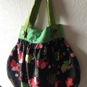 Varetype: taske Størrelse: 60x40 Farve: multi Prisen angivet er inklusiv forsendelse.  Taske i bomuldspoplin m elefantmotiv.   Pose: 60x40 cm, åbning: 38 cm, hank: 53 cm.   Pris 149,- incl porto
