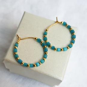 Hjemmelavede hoops (nikkelfri) med perler. Selve hoopsene er 2,1 cm i diameter. Æske kan tilkøbes for 5 kr. Kan også sende med sneglepost for 10 kr.  Se også mine andre annoncer med smykker.