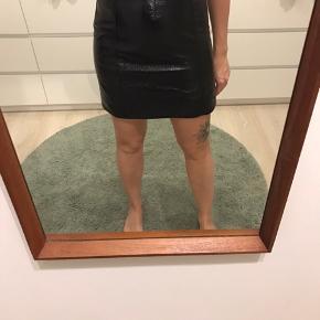 Sort look a like lak nederdel fra Monki. Brugt 2 gange. Den lukkes med lynlås bagpå :)
