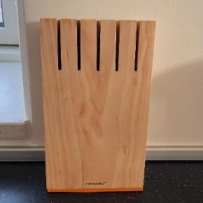 FISKARS FUNCTIONAL FORM KNIVBLOK BIRK Functional Form knivblokken vil ikke bare pynte i dit køkken, men også være en ekstremt praktisk opbevaringsløsning til. dine knive. Knivblokken fra Fiskars er fremstillet i lys birk med orange detaljer, der giver et friskt pust til køkkenet. Der er plads til 5 knive i blokken med op til 23,5 cm i bladlængde. Du kan f.eks. opbevare Functional Forms urtekniv, tomatkniv, kokkekniv og brødkniv.  Derudover har knivblokken også en kraftig magnetholder til opbevaring af sakse eller andre magnetiske redskaber. Det er let at placere knivene, og knivblokken kan uden problemer stå under lavthængende skabe. Som navnet antyder, kombinerer serien funktionalitet og design på bedste vis.  Praktisk, kraftig magnetholder Plads til 5 knive op til 23,5 cm Stilfuldt og friskt design i birk  Den er for nylig købt i Kirtchen one for 499 kr Sælges kun p.gr af plads mangel Kun brugt få uger