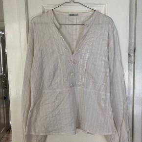 Smuk, unik vintage skjorte med palietter købt i O.S.V secondhand 💜 Skjorten passer alt fra 36-40 efter ønsket pasform, da der er en smule stretch i stoffet.
