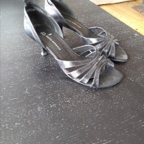 Virkelig fine sandaler/stilletter i sort skind.... Kun brugt et par gange da de desværre er en smule for store til mig.