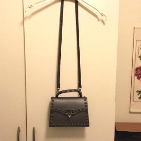 Valentino inspireret taske i perfekt stand. Skriv for flere billeder hvis du er interesseret.