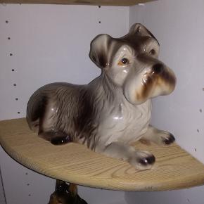 Har disse 3 hunde lavet i porcelæn, mærket er ukendt, forbeholder mig retten til ikke at sælges hvis prisen ikke er den rigtig, skriv  for flere informationer, kom gerne med seriøse bud