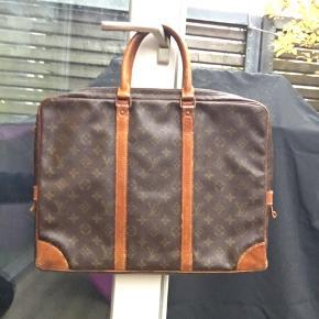 Louis Vuitton monogram taske case ting i god vintage stand  Ved ikke helt hvad den er værd så byd :)
