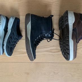 Flotte mørkebrune Ecco støvler. God i overgangsperiode da der ikke er foer i.   Sælger også de sorte Ecco støvler som er str 42 også uden foer. 250kr  Og de sorte Ecco sneakers str 42. 200kr