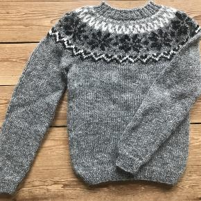 FRI fragt i efterårsferien! Skøn islandsk sweater håndstrikket i 100% islandsk uld. Den islandske ulds naturlige kvaliteter: varm, lugt - og vandafvisende. Mål:  Længde: 58 cm Overvidde: 80 cm Ærmelængde: 46 cm ( målt fra ærmegab) Vil også kunne bruges til en str. XS Fragt: 40 kr. Prisen er fast. Kommer fra et hjem uden røg og dyr. Bytter ikke.