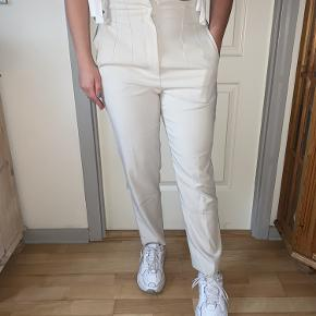 Smukke og elegante bukser med høj talje i flot creme/beige farve Brugt meget få gange og fremstår som nye 🦋