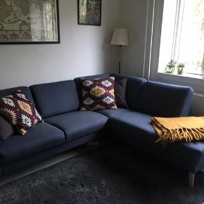 Sofaen er kun et halvt år gammel, og står stort set som ny. Den koster 9.999 kr hos ILVA  - her er et link til yderligere beskrivelse 😊   https://ilva.dk/stuen/sofaer-og-laenestole/hjoernesofaer/lotus/golf-blue-stof/p-1045699-5640641248/