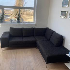 Mål: 230 cm lang, 85 cm bred og 200 cm chaiselong   Flot velholdt sofa i brun/sort meleret stof