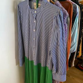 Kjolen er brugt få gange. Der medfølger en grøn underkjole (kan sagtens bruges uden).