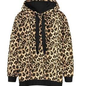 Fed leopard hoodie med lynlåse i siden. Er lidt oversize. Mærket hedder Esmara by Heidi Klum.  Giv et bud