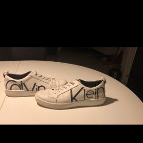 Hej, jeg sælger disse sko, brugt en gang da de er købt for små, det er en størrelse 37,5. BYD