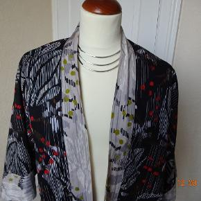Så smuk Kimono Jakke  Brm. 120 Størrelse: S/M Farve: 0 Oprindelig købspris: 845 kr.  Kimono-jakke 'Magnoli' fra Gudrun Sjöden. Kortere flatterende model med ¾-ærmer og bindebånd foran – super flot. Sort mønster med grå borter og rødt for. Str. s/m – stor i størrelsen. 100 % bomuld..........Bytter ikke
