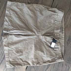 Hey sælger disse helt ubrugte save khaki united shorts i størrelse 34.(stadig med prismærke) De er super god kvalitet og kostede 950 for ny. Har dem også i navy. Tag et par for 300 og to for 500 :)