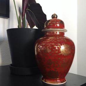 Smuk stor orientalsk lågkrukke. Den er så flot i sin dybe, varme og brændte røde farve. Og og OG med flotte gyldne detaljer 😃😍💛❤️💫🌴🎋 Står flot og skarp uden skår eller lign. H26 Ø15 cm.