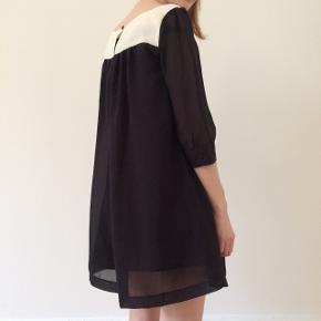 Rigtig fin kjole, mindre hul ved knaplukning i ryggen, se billede - ikke noget man lægger mærke til.